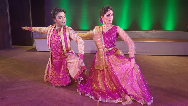 Lisa Pellegrini e Rudrava Niyogi durante lo spettacolo Upashana